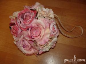 Bouquet rond de roses à porter au poignet ou à suspendre