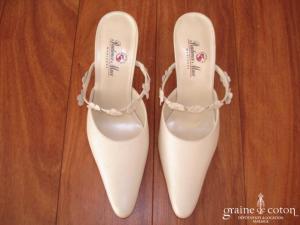 Prudence Macé pour Pronuptia  - Mules (chaussures) en cuir ivoire avec fleurs