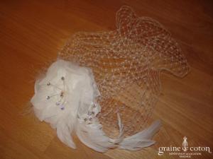 Voilette avec fleur ivoire en tissu montée sur peigne (strass plumes perles)