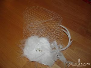 Voilette avec fleur blanche en tissu montée sur peigne (strass plumes perles)