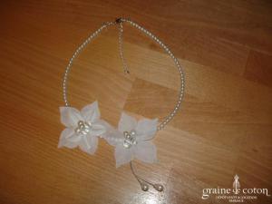 Au fil perlé - Tour du cou (collier) en perles ivoires et fleurs en tissu