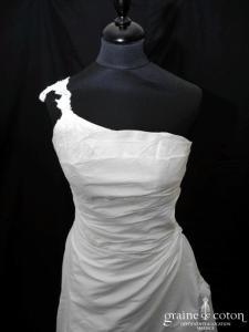 Création Mariephil - Robe en soie sauvage drapée (bretelle asymétrique dentelle)