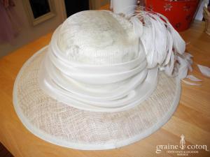 Folie douce - Chapeau en sisal ivoire et organza de soie (plumes)