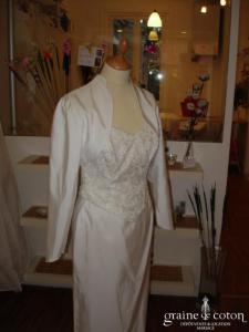 Robe blanche en trois pièces, près du corps (satin mat)