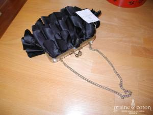 Pronuptia - Pochette en satin noir façon pétales