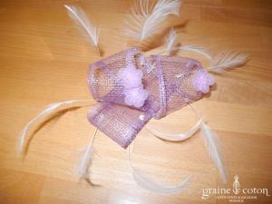Alexia - Coiffe en sisal parme, plumes blanches et fleurs en organza