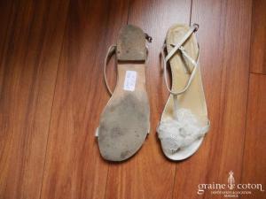 Augusta Jones - Sandales (chaussures) plates en cuir ivoire avec fleur en dentelle et organza.