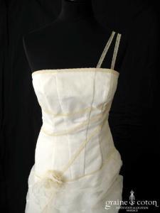 Aurye Mariage - Robe en organza ivoire et dentelle champagne (droite taille basse dos boutonné)
