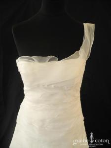 Rembo Styling - Robe en taffetas et bandes d'organza ivoire clair avec bretelle asymétrique