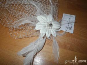 Prudence Macé pour Pronuptia - Voilette avec fleur et plumes, montée sur pince