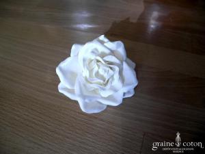 Olivier Laudus - Pince / broche rose blanche en tissu