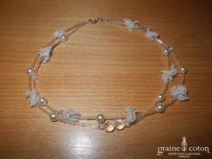 Tour de cou (collier) en perles ivoires et tulle