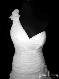 Elianna Moore - Robe asymétrique en organza drapé ivoire (bretelle drapé taille basse V)