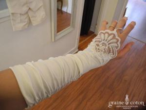 Mitaines mi longues en satin ivoire et dentelle