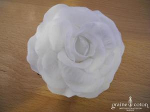 Rose (fleur) blanche montée sur pic à cheveux