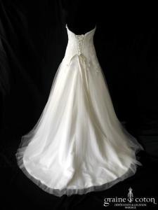 Création - Robe en dentelle brodée ivoire et tulle (laçage fluide coeur)