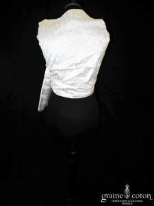 Création - Étole en soie brodée ivoire bordée d'un liseret rose