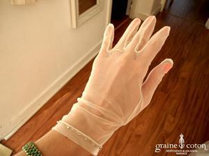 Création - Gants courts en tulle ivoire, bordés de fines perles argentées