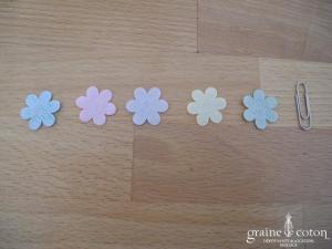Petites fleurs scintillantes colorées