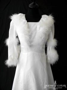 Création vintage - Robe blanche à manches longues en crêpe ornée de fourrure