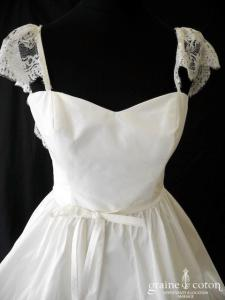 Lambert Créations - Robe courte boule en taffetas et bretelles avec manchettes en dentelle (dos boutonné nu)