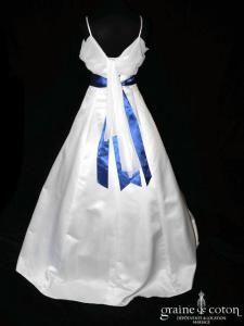 Robe une pièce en satin blanc, coupe empire et ruban bleu roi (bretelles manches)