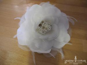 Pronuptia - Broche ou coiffe fleur en tissu et plumes ivoire