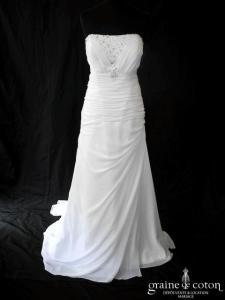 Création - Robe longue fluide en mousseline blanche drapée et ornée de strass (laçage bustier)