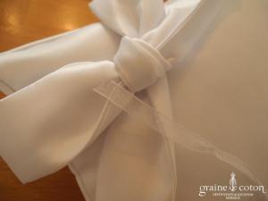 Coussin d'alliances en satin blanc avec noeud