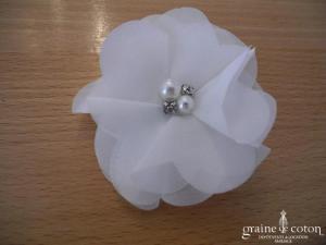 Pince à cheveux ou broche fleur en organza ivoire, coeur perles et strass