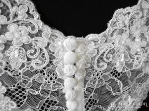 Bianco Evento - Boléro décolleté en V boutonné dans le dos à manches courtes en fine dentelle ivoire (E189)
