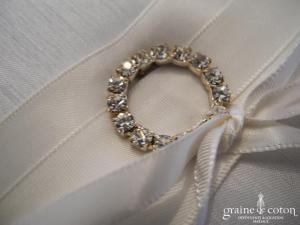 Coussin d'alliances en satin ivoire avec anneau de strass