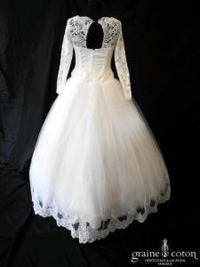 Création - Robe blanche en tulle et dentelle avec manches longues (laçage bretelles)