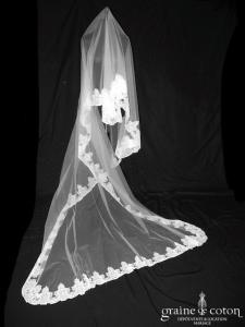 Cymbeline - Voile long de 2,50 mètres en tulle ivoire clair bordé de dentelle