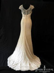 Création - Robe fluide en dentelle ivoire avec larges bretelles (manches décolleté-V dos boutonné droite sirène taille basse)
