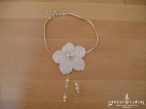 Au fil perlé - Ras du cou (collier) en satin ivoire avec fleur