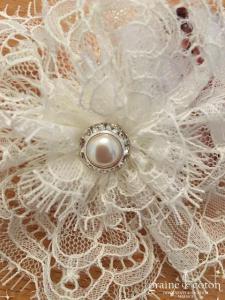Bianco Evento - Coiffe pince fleur avec voilette perles et dentelle ivoire (114)