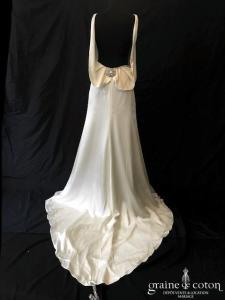 Jade Couture - Création dos-nu en satin de soie fluide ivoire (bretelles bohème bénitier fourreau droite)