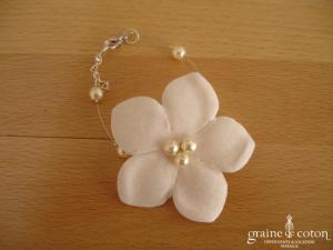 Au fil perlé - Bracelet fleur câblé avec perles ivoires