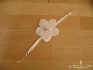 Au fil perlé - Bracelet fleur et ruban de satin blanc
