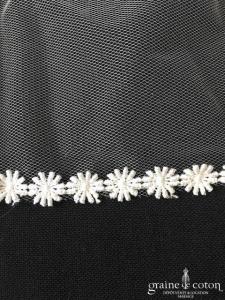 Création - Voile long de 2,50 mètres en tulle ivoire bordé de fleurs en guipure