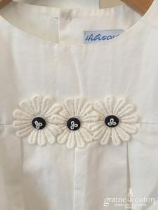 Hibiscus - Robe demoiselle d'honneur petite fille à manches ballon blanche et fleurs en coton boutons bleus marine
