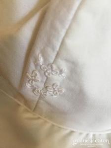 Hibiscus - Chapeau en coton blanc et fleurs brodées
