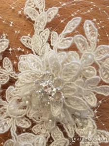 Bianco Evento - Coiffe pince fleur avec voilette perles et dentelle ivoire (113)