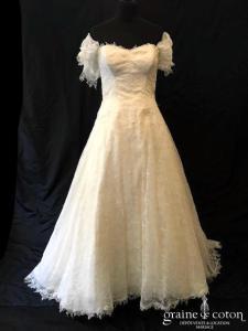 Création - Robe en dentelle de Chantilly ivoire clair (laçage fluide manches bretelles bustier coeur)