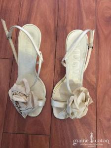 Mugani - Sandales (chaussures) en satin ivoires ouvertes avec fleur en tissu café