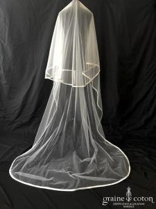 Voile long de 3 mètres en tulle blanc bordé d'un large biais de satin