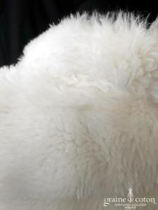 Manteau court en fausse fourrure ivoire clair manches 3/4