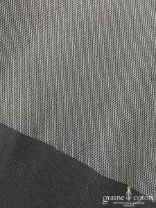 Création - Voile long de 3 mètres en tulle finition brut ivoire clair, forme rectangulaire