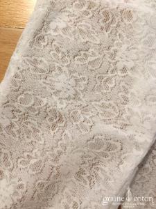 Création - Gants longs en dentelle strech ivoire clair motifs petites fleurs